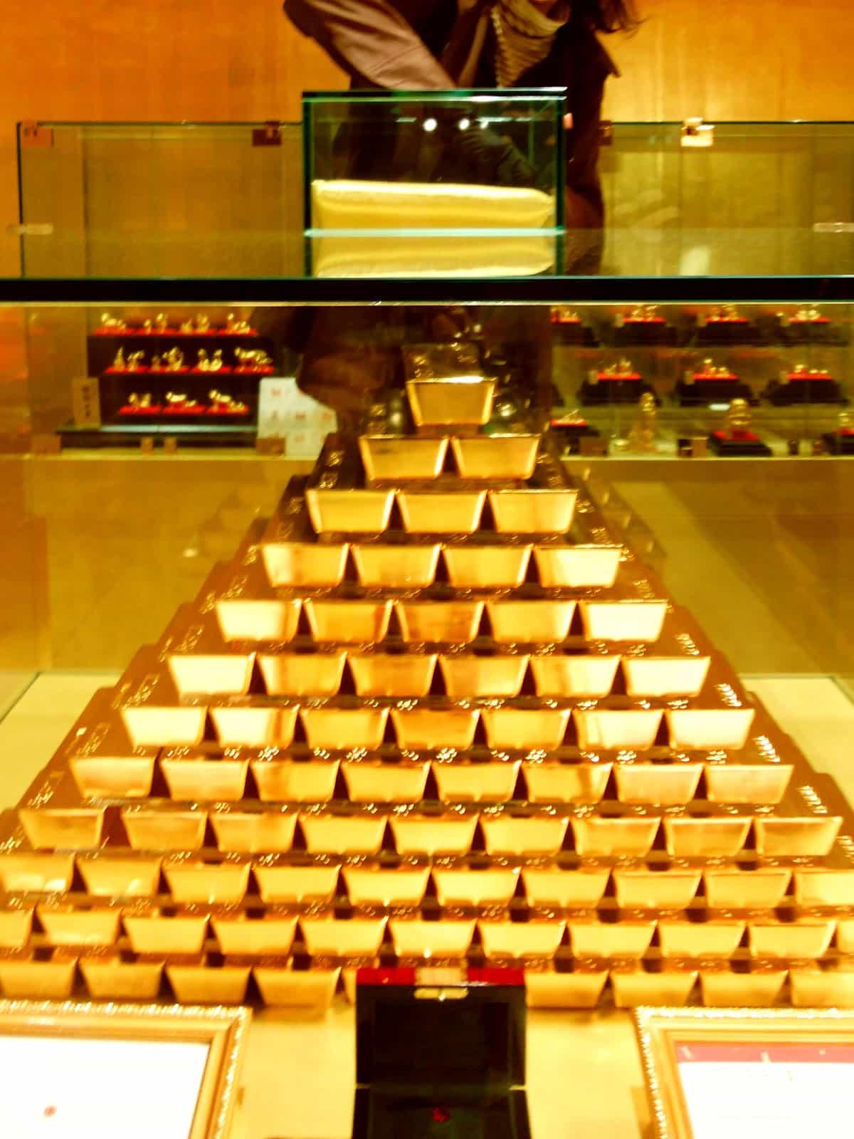 ハウステンボスの黄金の館で金塊を掴む