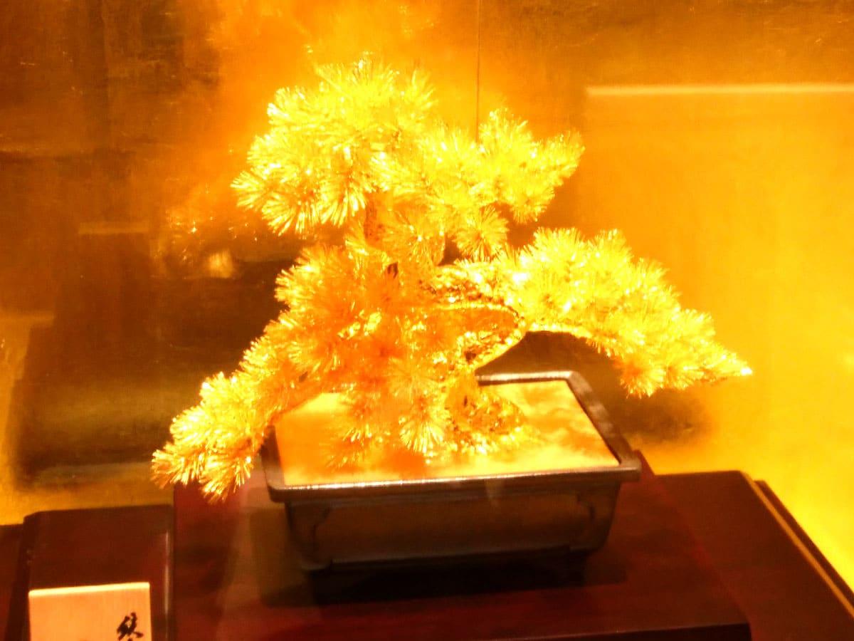 ハウステンボスの黄金の館にある黄金でできた盆栽