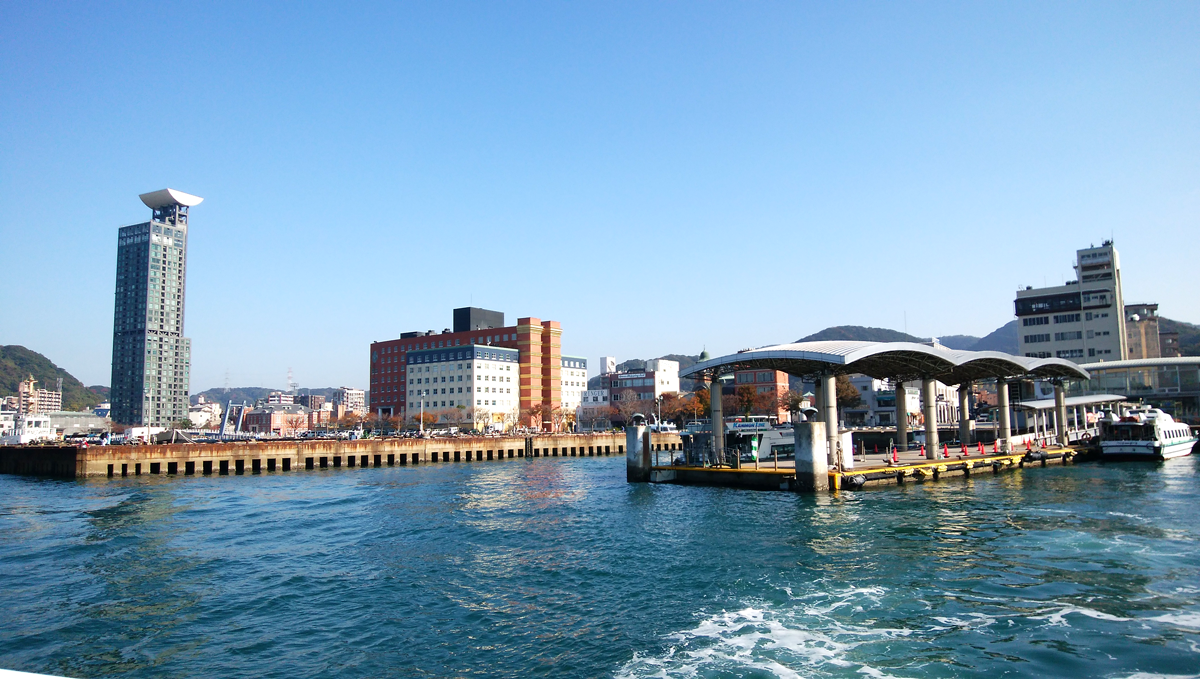 船上から見えるプレミアホテル門司港(旧門司港ホテル)