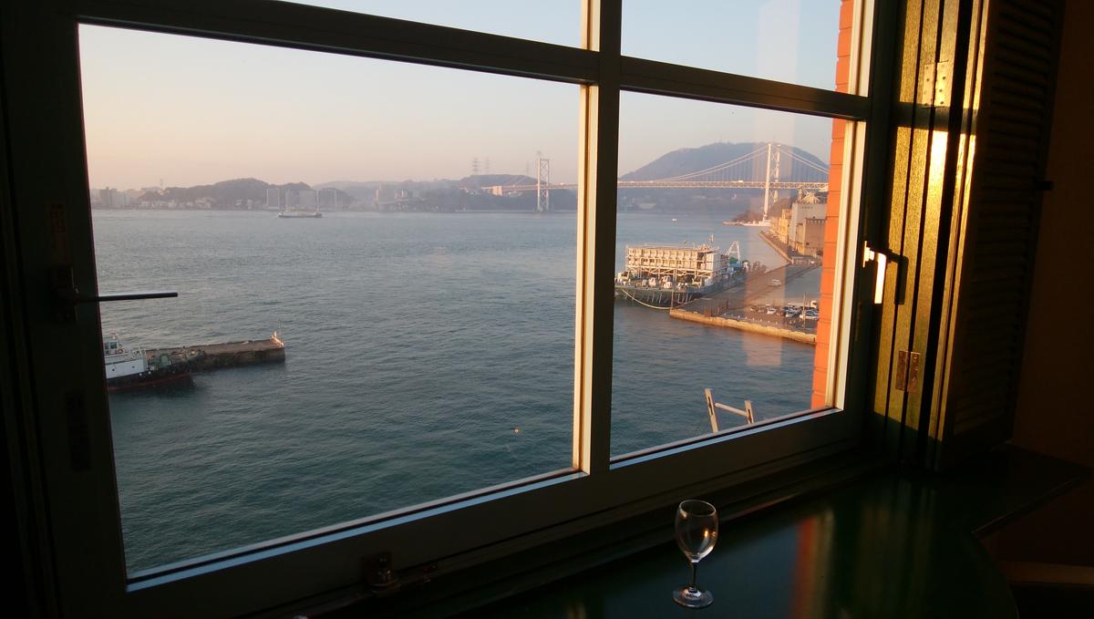 プレミアホテル門司港(旧門司港ホテル) 部屋から関門海峡が見えます