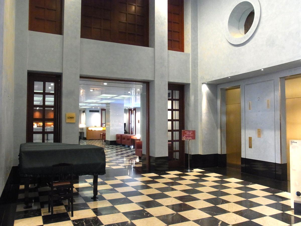 プレミアホテル門司港(旧門司港ホテル)のフロント モダンテイストです