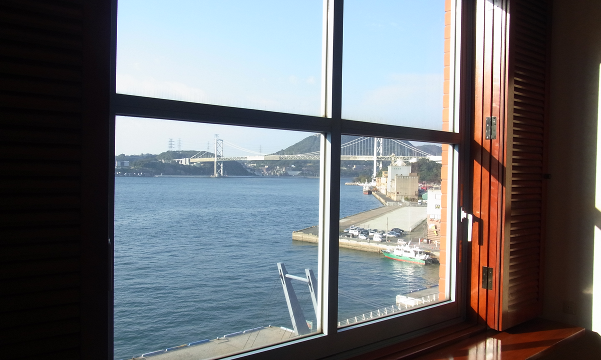 プレミアホテル門司港(旧門司港ホテル) 関門海峡が見える部屋より