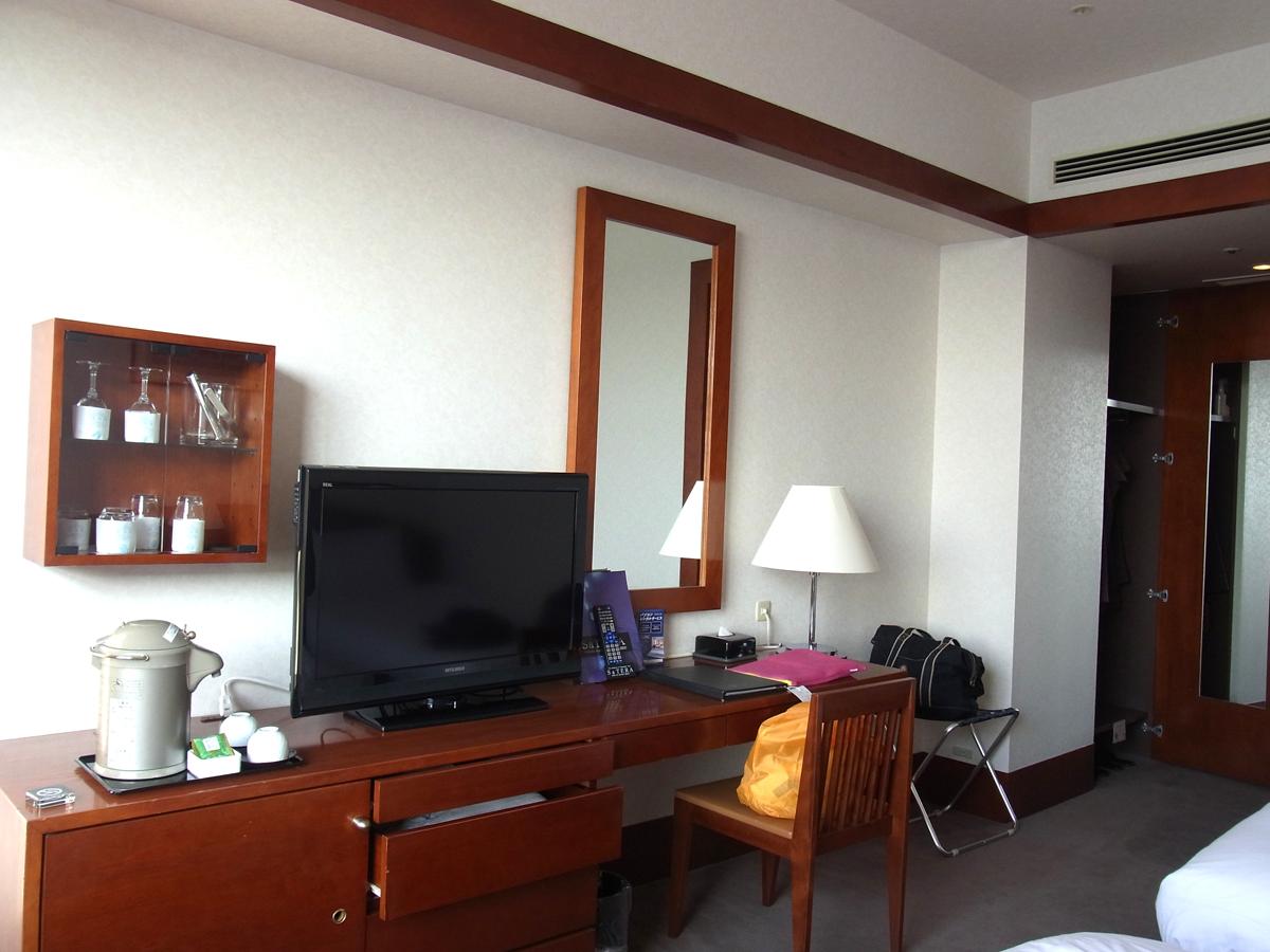 プレミアホテル門司港(旧門司港ホテル) 部屋の内装 広い机