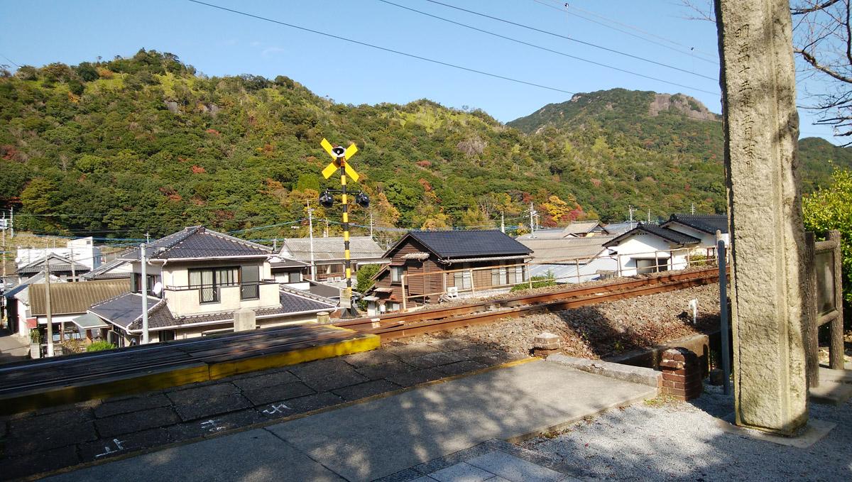 陶山神社 すぐ近くで電車が走る