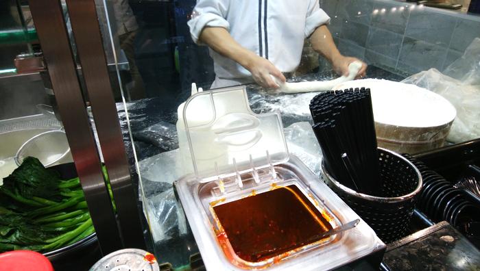 Noodle Star(丰面人物)にて目の前で麺を打つ