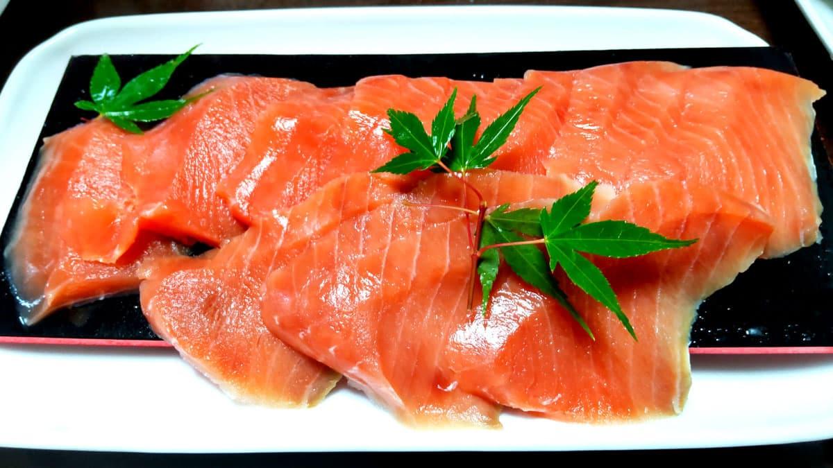 佐藤水産の北海道天然鮭お刺身サーモン盛り付けたところ
