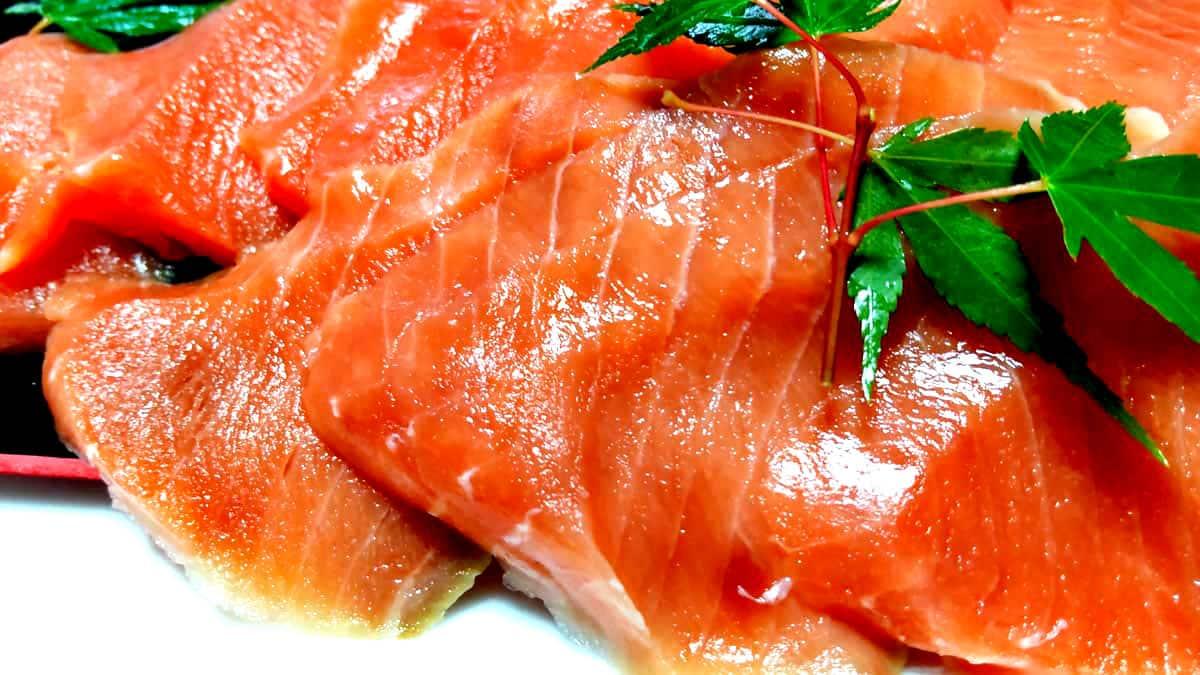 佐藤水産の北海道天然鮭お刺身サーモン盛り付けたところのアップ